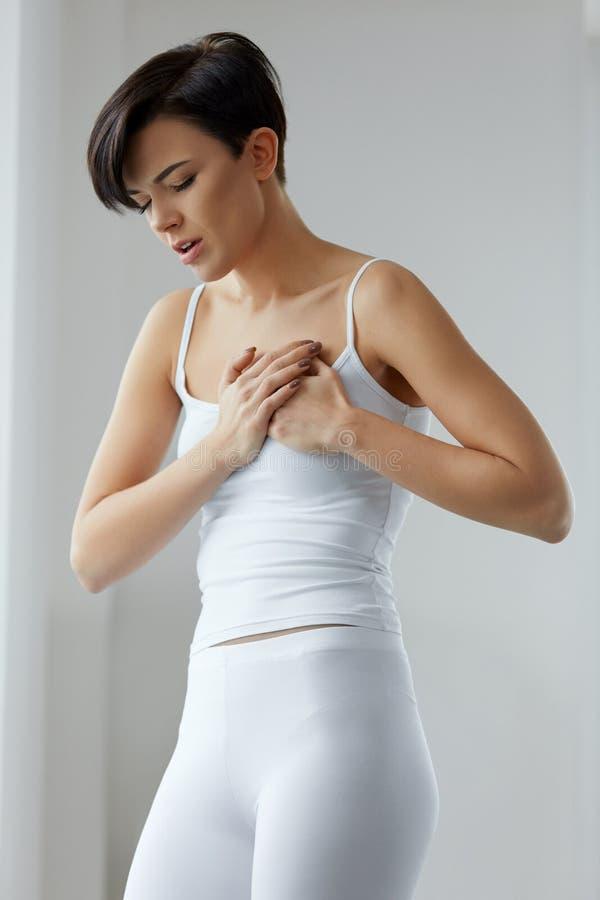 Zdrowie zagadnienia Piękna kobieta Czuje Silnego ból W klatce piersiowej obraz royalty free