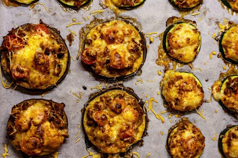 Zdrowiejsza alternatywa dla pizzy mała okrągła cucchini i gigantyczna baza z serem i pomidorem zdjęcia stock