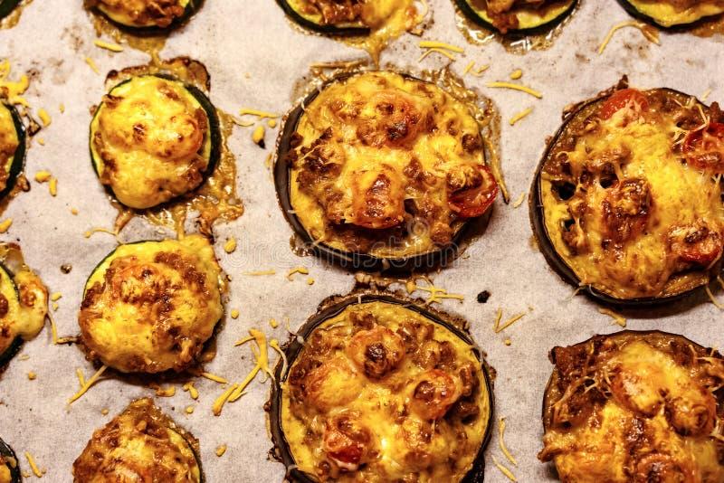 Zdrowiejsza alternatywa dla pizzy mała okrągła cucchini i gigantyczna baza z serem i pomidorem fotografia royalty free