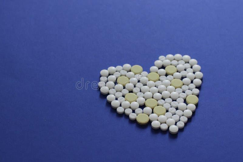 Zdrowy życia lub ubezpieczenia pojęcie Zakończenie w górę grupy leki lub medycyny układamy w kierowym kształcie obraz royalty free