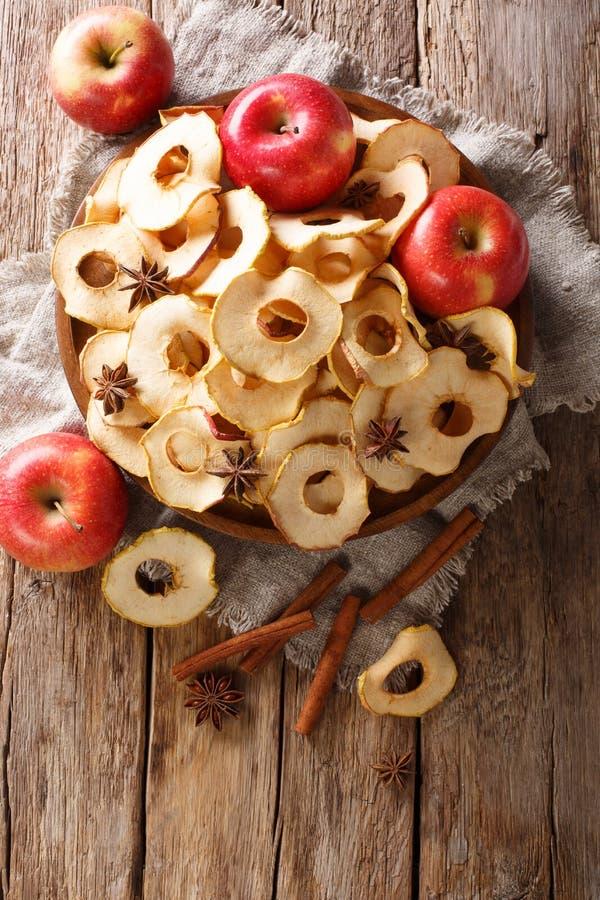 Zdrowy łasowania jabłko szczerbi się z cynamonu i gwiazdowego anyżu zbliżeniem na talerzu Pionowo odgórny widok fotografia royalty free