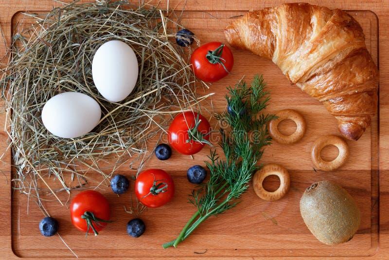Zdrowy łasowanie z jajkami, kiwi owoc i croissant, zdjęcie royalty free
