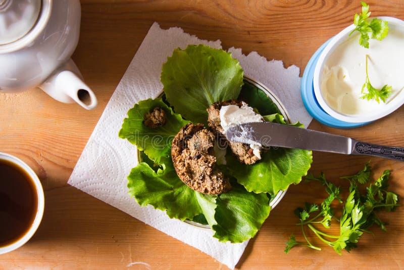 Zdrowy śniadanie Świeżo piec chleb od wholemeal i flaxse fotografia stock