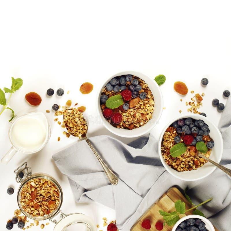 Zdrowy śniadanie Domowej roboty granola, miód, mleko i jagody -, obraz stock