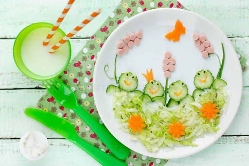Zdrowy śniadanie lub lunch dla dzieciak jarzynowej sałatkowej karmowej sztuki obrazy stock