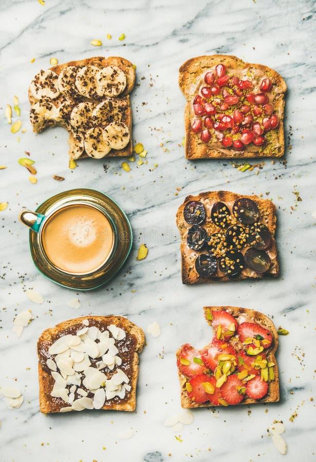 Zdrowy śniadanie lub przekąska z wholegrain kawą i grzankami obraz stock