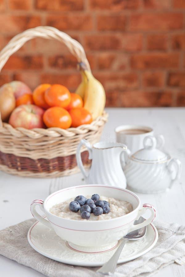 Zdrowy śniadanie: owies owsianka z kawą obrazy royalty free