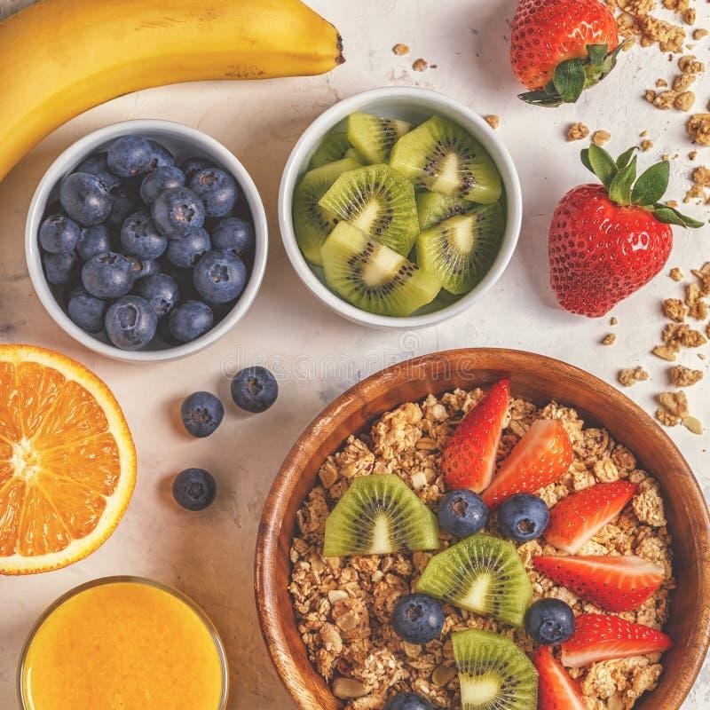 Zdrowy śniadanie - puchar muesli, jagody i owoc, fotografia royalty free