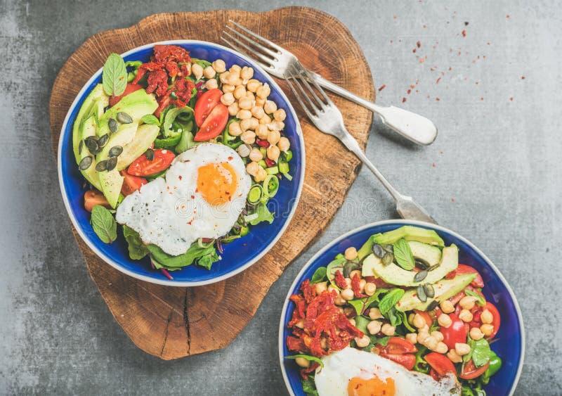 Zdrowy śniadanie rzuca kulą z smażącym jajkiem, chickpea flance, ziarna, warzywa obraz royalty free