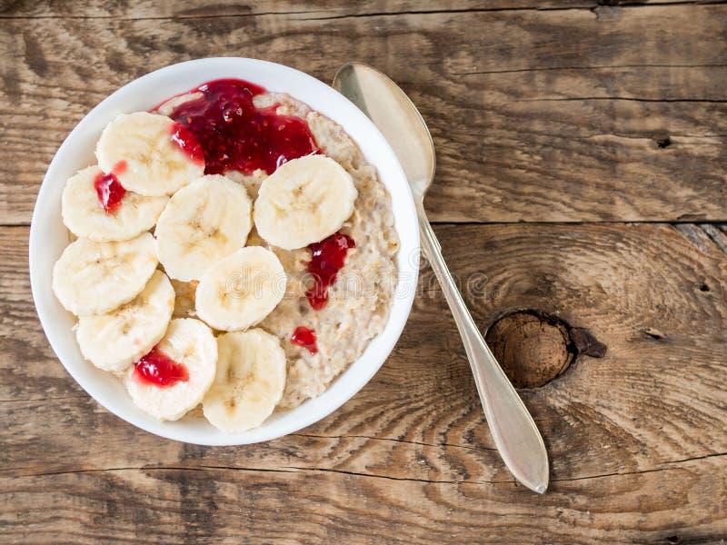 Zdrowy śniadanie w ranku - oatmeal z plasterkami banan obrazy stock