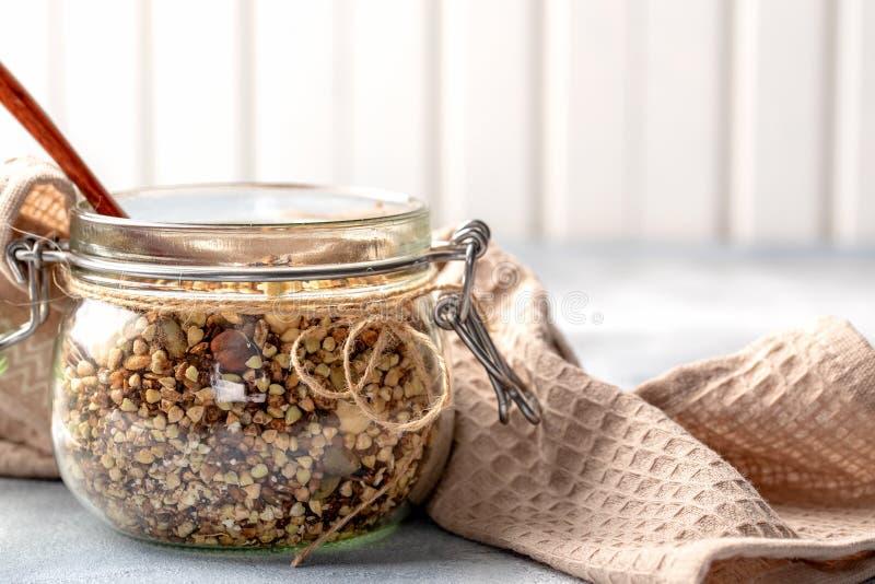 Zdrowy śniadanie, weganinu jarski granola robić zielona gryka z dokrętkami i dyniowy ziarno, zdjęcie royalty free
