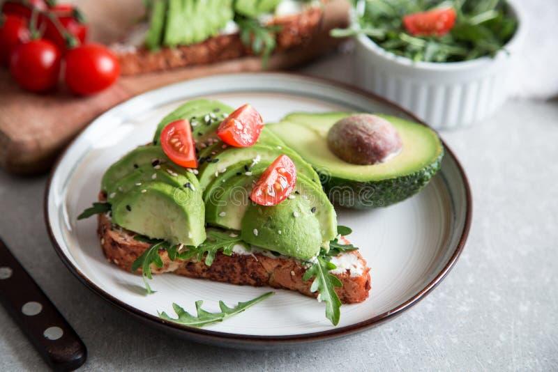 Zdrowy śniadanie z avocado i Wyśmienicie wholewheat grzanką pokrajać avocado na grzanka chlebie z pikantność kuchnia zieloną meks obrazy royalty free