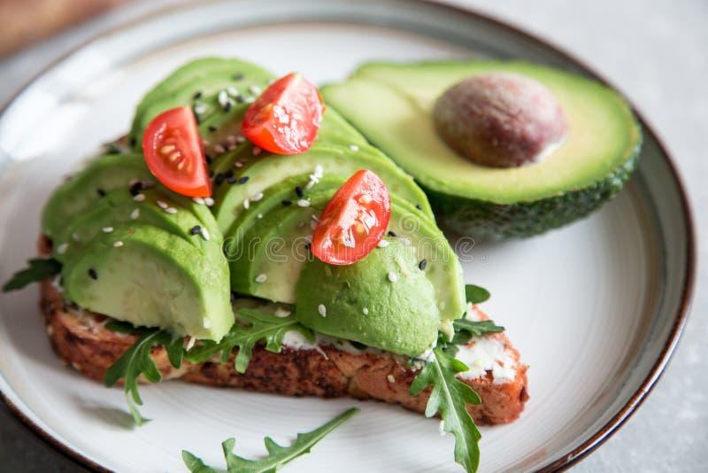 Zdrowy śniadanie z avocado i Wyśmienicie wholewheat grzanką pokrajać avocado na grzanka chlebie z pikantność kuchnia zieloną meks obraz stock