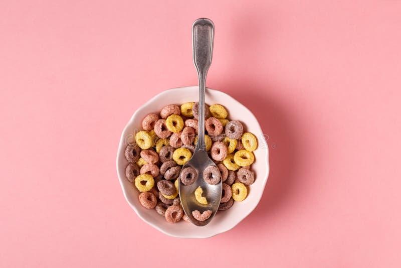 Zdrowy śniadanie z barwionymi zbożowymi pierścionkami zdjęcia stock