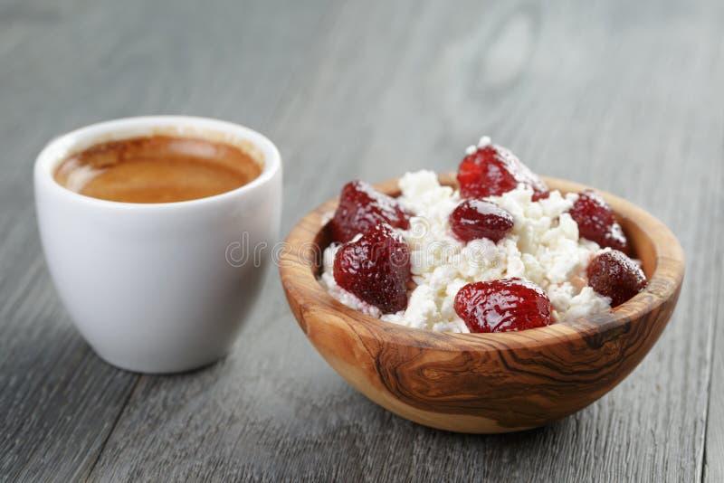 Download Zdrowy śniadanie Z Kawy Espresso I Chałupy Serem Zdjęcie Stock - Obraz złożonej z filiżanka, jagoda: 57665970