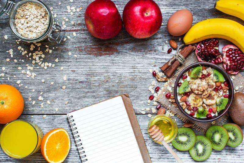 Zdrowy śniadanie z owocowym oatmeal i przepis rezerwujemy zdjęcia stock