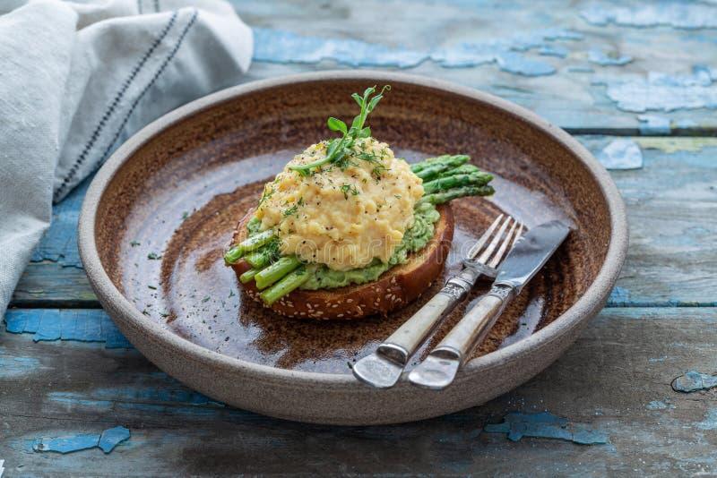 Zdrowy śniadanie z rozdrapanymi jajkami, avocado i asparagusem, zamknięty widok zdjęcia royalty free