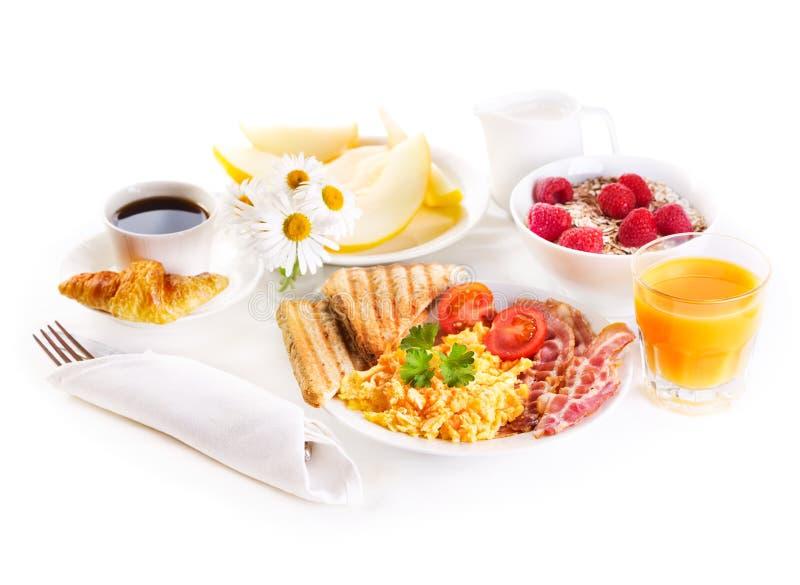 Zdrowy śniadanie z rozdrapanymi jajkami, sokiem i owoc, obrazy stock