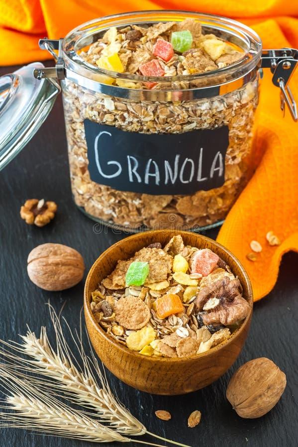 Zdrowy śniadanie: zboża muesli z orzechami włoskimi. (granola) zdjęcia stock