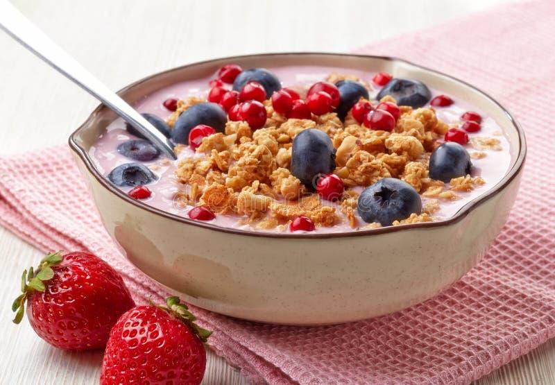Zdrowy śniadaniowy jogurt z granola i jagodami obraz stock