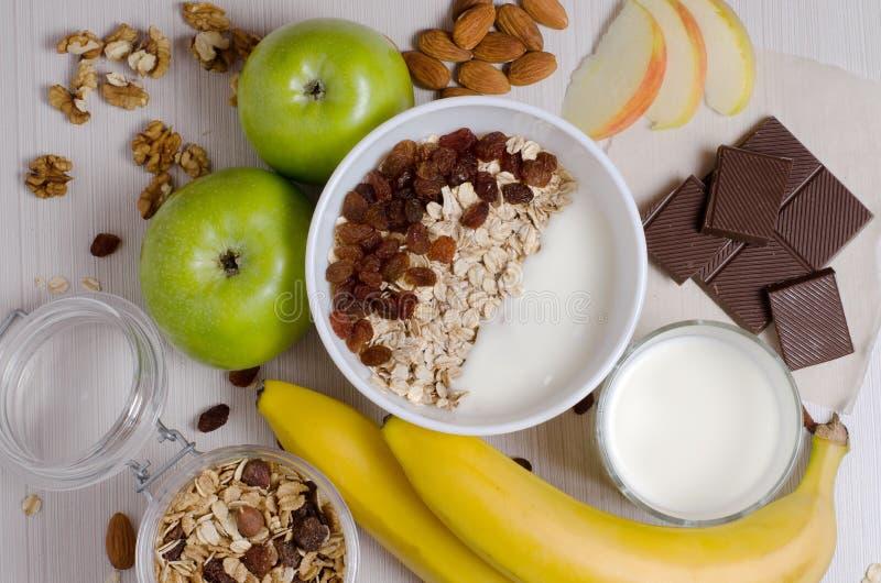Zdrowy Śniadaniowy Oatmeal z rodzynkami i jogurtem Mleko w gl obraz stock