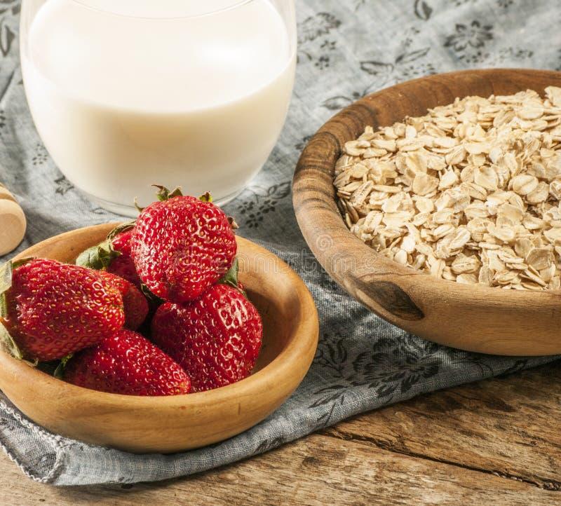 Zdrowy śniadaniowy pojęcie z owsów płatkami i świeżymi jagodami na nieociosanym tle Jedzenie robić granola i musli zdjęcie royalty free