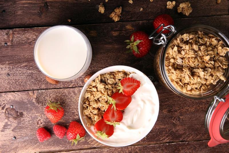 Zdrowy śniadaniowy pojęcie z owsów płatkami i świeżymi jagodami na r fotografia stock