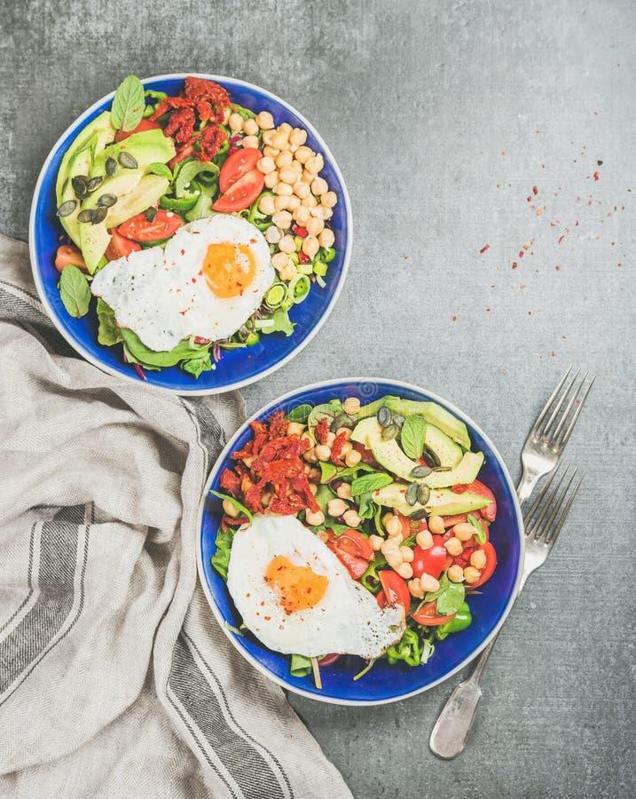 Zdrowy śniadaniowy pojęcie z smażącym jajkiem, chickpea kiełkuje, ziarna, zielenie zdjęcie stock