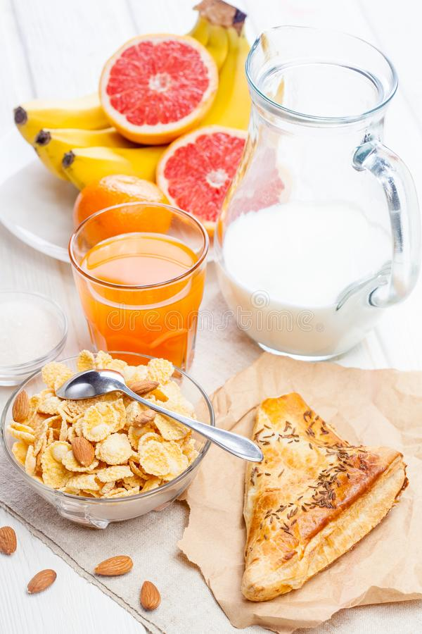 Zdrowy śniadaniowy puchar cornflakes, owoc, świeży sok, mleko zdjęcie stock