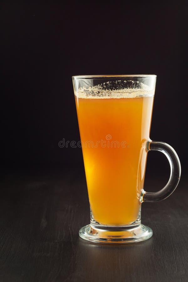 Zdrowy świeży jabłczanego soku napój na drewnianym tle Domowa produkcja jabłczany sok dla śniadania zdjęcie royalty free
