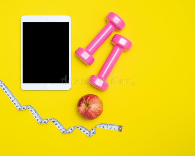 Zdrowy życie dla diety Czerwony jabłko i miara klepnięcia z pastylką i sporta wyposażeniem dla kobiet jemy odchudzanie, dietę i z zdjęcie royalty free