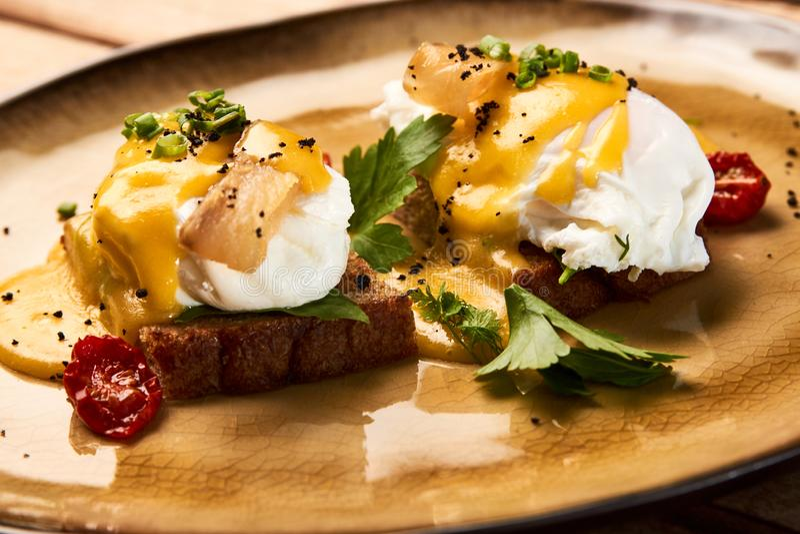 Zdrowy Angielski śniadanie, wznoszący toast chleb z jajkami Benedict obraz royalty free