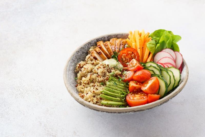 Zdrowy Buddha puchar z kurczakiem, quinoa i świeżymi warzywami, zdjęcie stock