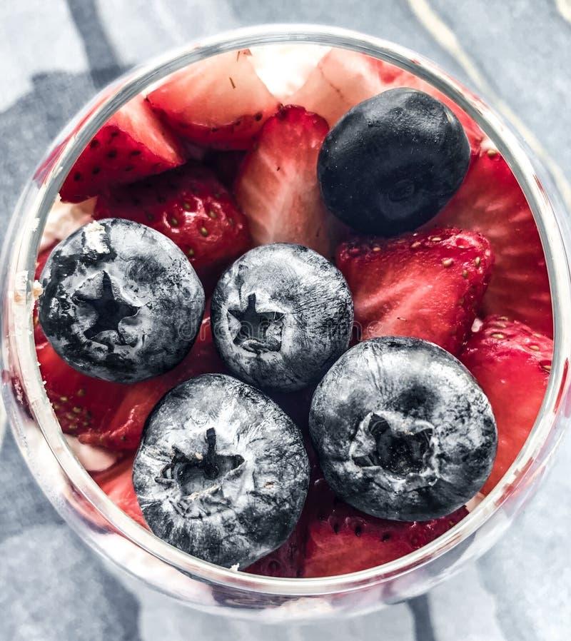 Zdrowy deser z czarnymi jagodami, truskawki, malinki Detox i diety jedzenie Tonned foto zdjęcia royalty free