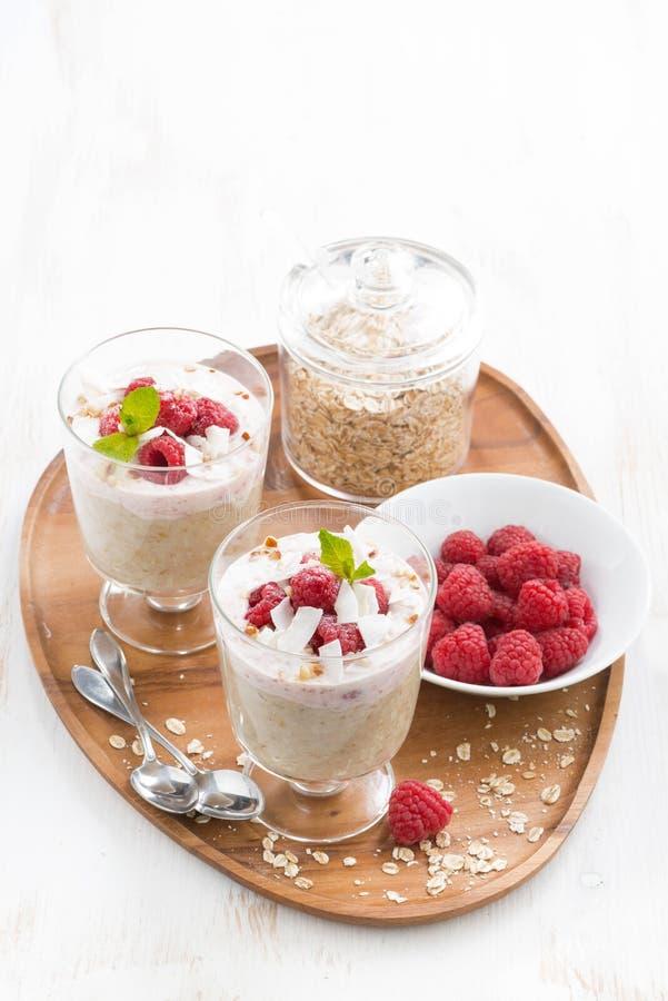 Zdrowy deser z oatmeal, batożącą śmietanką i malinkami, fotografia royalty free