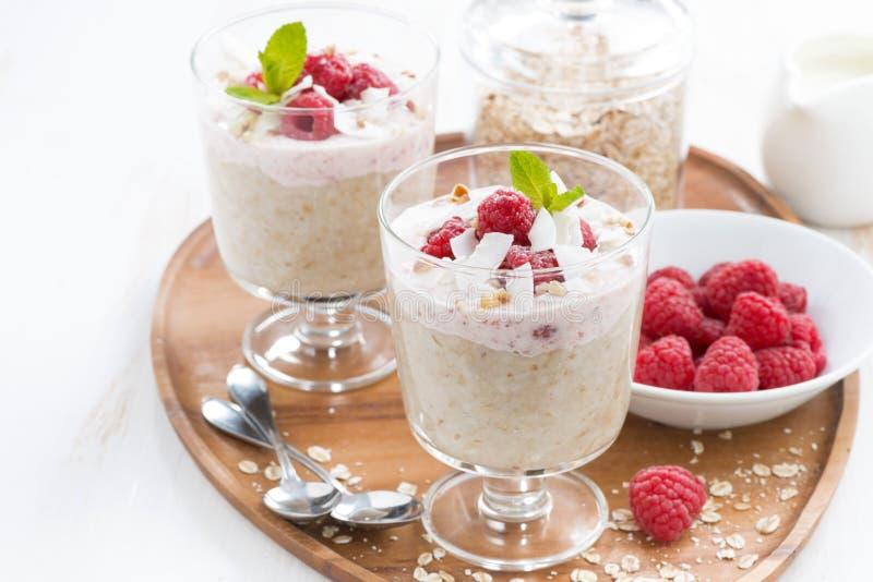 Zdrowy deser z oatmeal, batożącą śmietanką i malinkami, obrazy royalty free