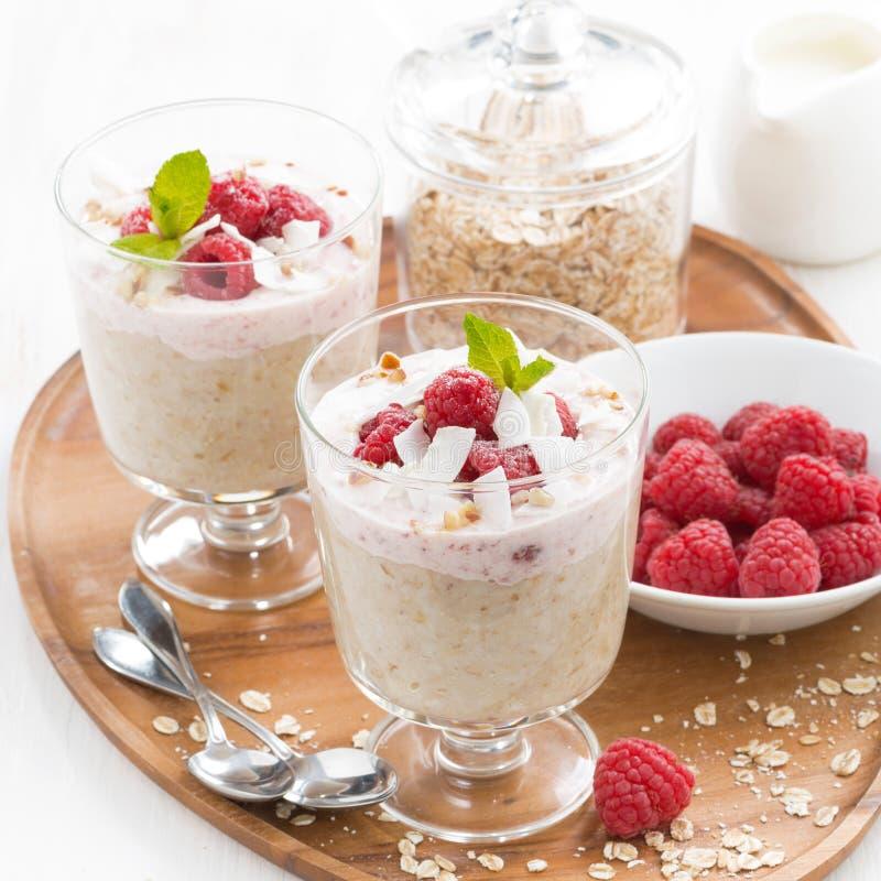 Zdrowy deser z oatmeal, batożącą śmietanką i malinkami, zdjęcia stock