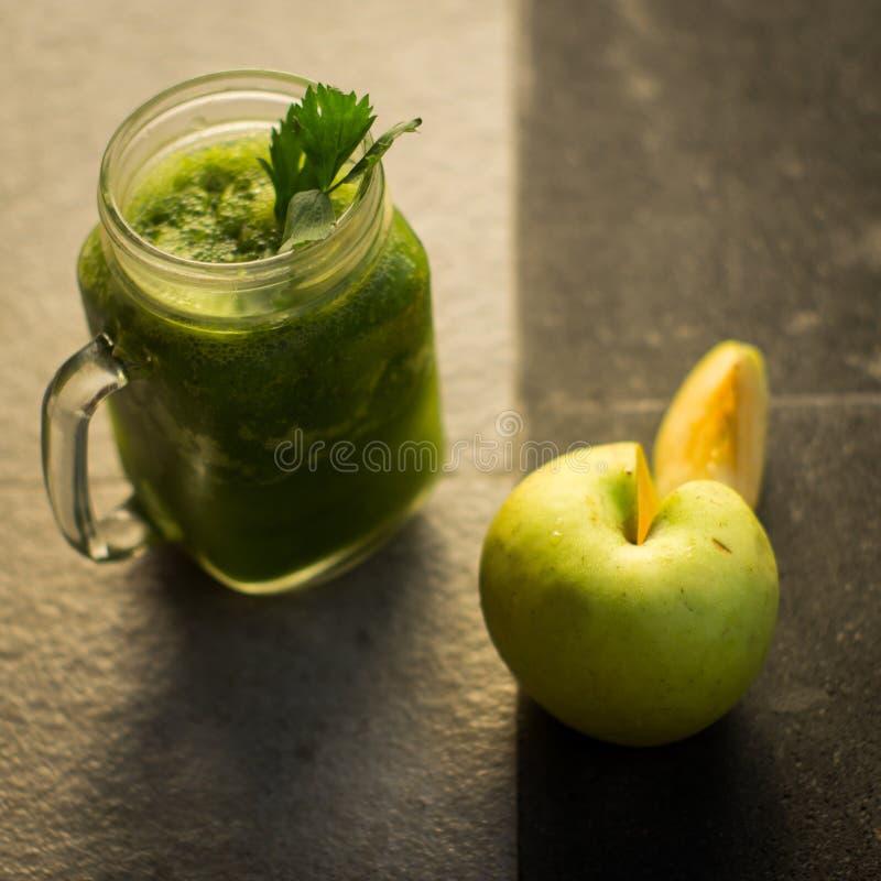 Zdrowy detox zieleni jab?ko i warzywo sok fotografia stock