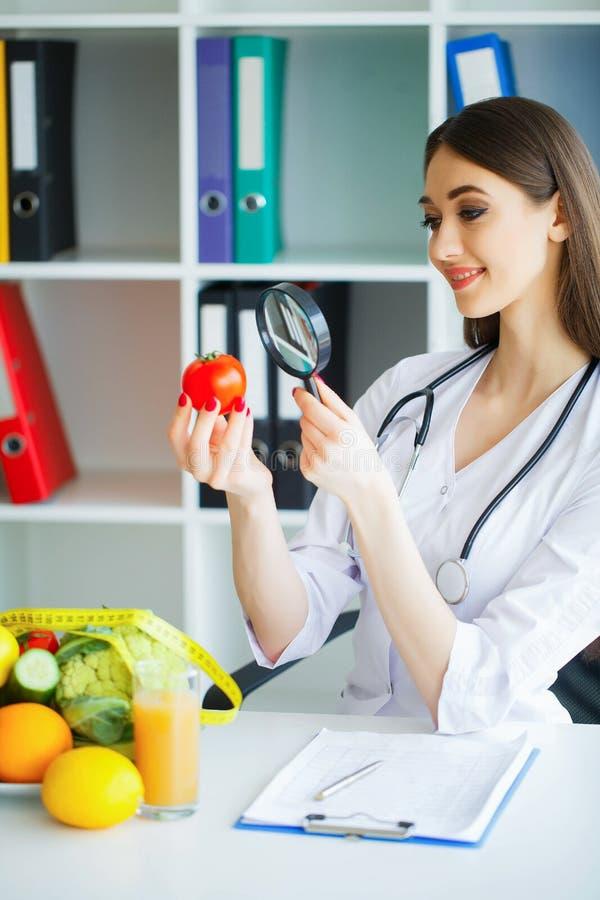 zdrowy Dieta i zdrowy Doktorski dietetyczki mienie w rękach Fres zdjęcie royalty free