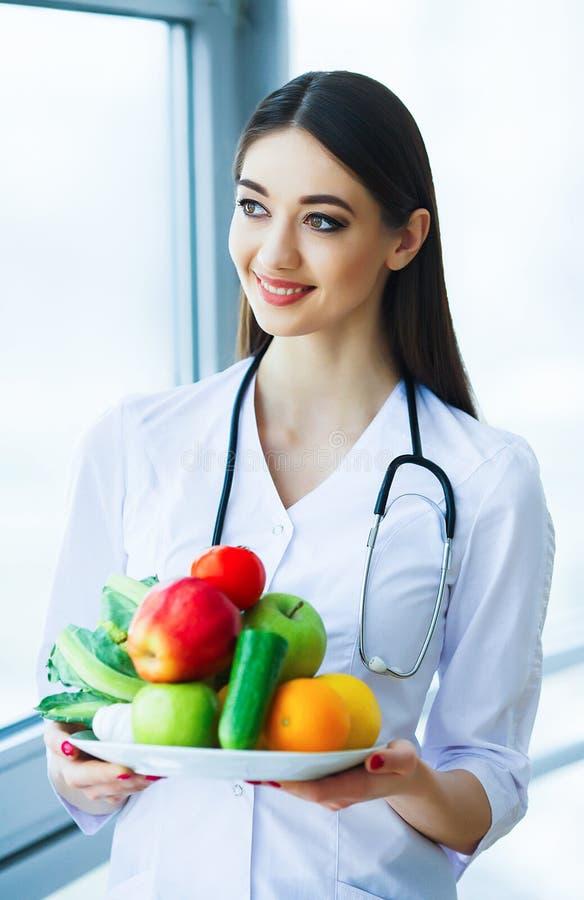 zdrowy Dieta i zdrowy odżywczy Portret dietetyczki ` s d zdjęcia stock