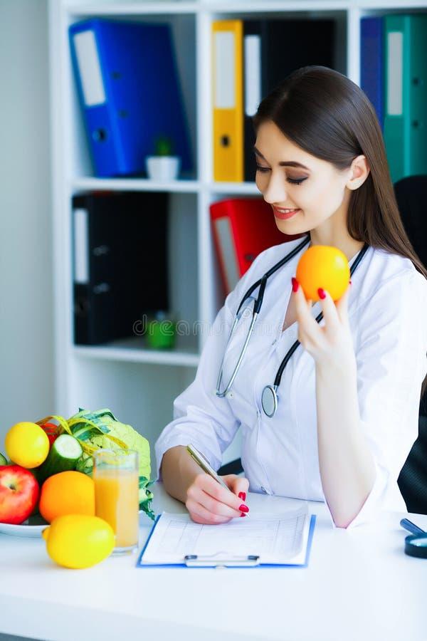 zdrowy Dieta i zdrowy odżywczy Portret dietetyczki ` s d fotografia stock