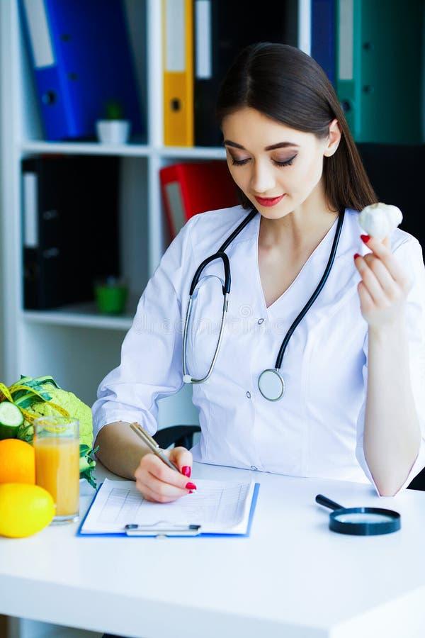 zdrowy Dieta i zdrowy odżywczy Portret dietetyczki ` s d fotografia royalty free