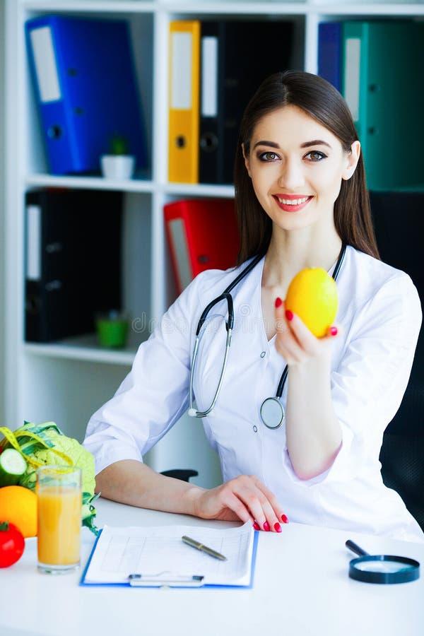 zdrowy Dieta i zdrowy odżywczy Portret dietetyczki ` s d zdjęcie stock