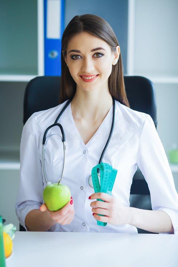 zdrowy Dieta i zdrowy odżywianie Doktorski dietetyczki mienie wewnątrz fotografia stock