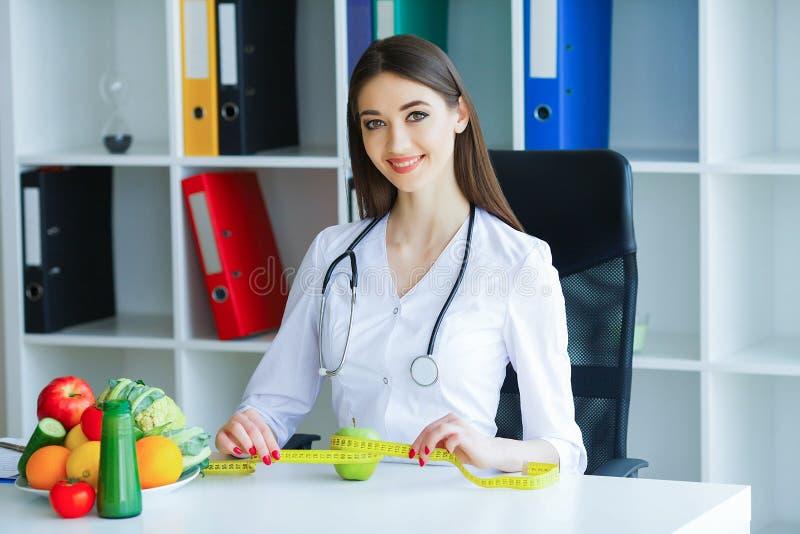 zdrowy Dieta i zdrowy odżywianie Doktorski dietetyczki mienie wewnątrz zdjęcie stock