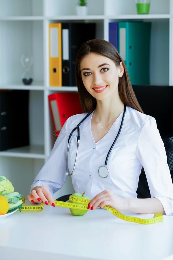 zdrowy Dieta i zdrowy odżywianie Doktorski dietetyczki mienie wewnątrz zdjęcia stock