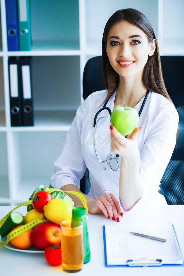 zdrowy Dieta i zdrowy odżywianie Doktorski dietetyczki mienie wewnątrz zdjęcia royalty free