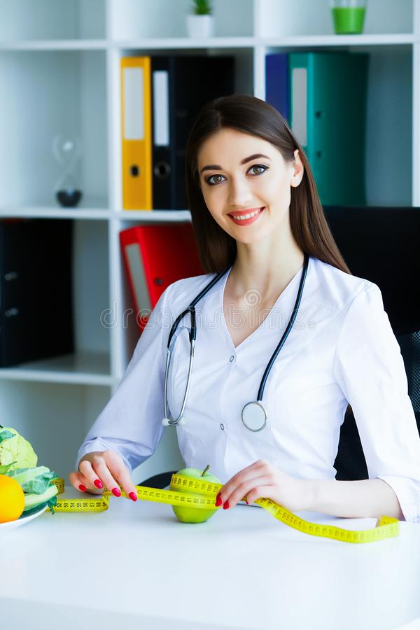 zdrowy Dieta i zdrowy odżywianie Doktorski dietetyczki mienie wewnątrz zdjęcie royalty free
