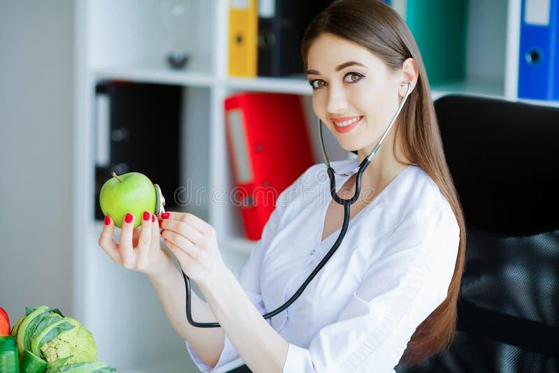 zdrowy dieta zdrowa Doktorski dietetyczki mienie w rękach Świeży Gr obraz royalty free