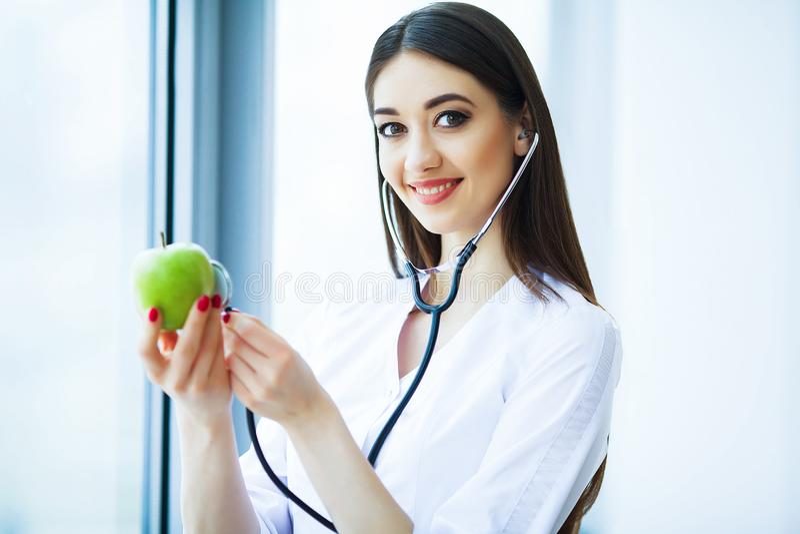 zdrowy dieta zdrowa Doktorski dietetyczki mienie w rękach Świeży Gr obraz stock